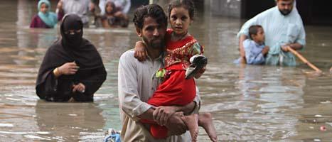 Sjukdomar sprids i det smutsiga vattnet. Foto: Fareed Khan/Scanpix