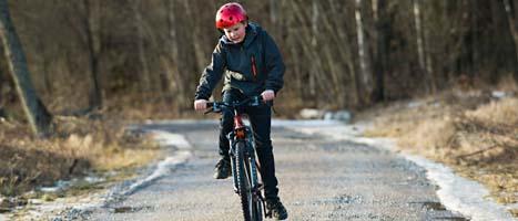 Alla barn har inte cykelhjälm. Foto: Henrik Montgomery/Scanpix