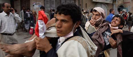 Människor demonstrerar i Jemens huvudstad Sanaaa. Foto: Hani Muhammed/Scanpix