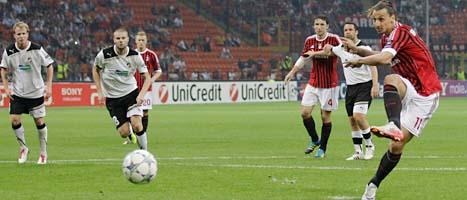 Zlatan Ibrahimovic strax innan han gör mål för sitt lag Milan. Foto: Luca Bruno/AP/Scanpix
