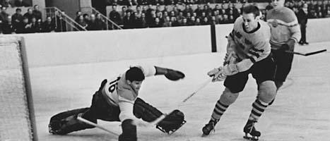 Sven Tumba gör mål i Tre Kronor år 1957. Foto: Scanpix