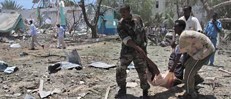 En skadad man får hjälp. Terroristerna  dödade minst 70 människor med bomben i Mogadishu. Foto: Mohammed Sheikh Nor/Scanpix