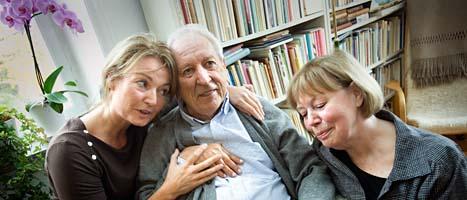 Tomas Tranströmer gratuleras av dottern Paula och hustrin Monica. Foto: Dan Hansson/SvD/Scanpix