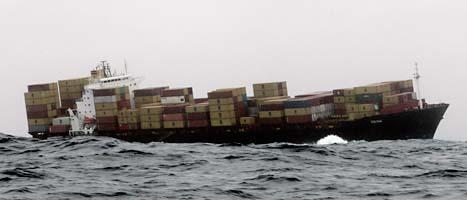 Olja läcker från fartyget. Foto: Alan Gibson/Scanpix