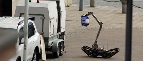 Den misstänkta bomben plockas bort av en bomb-robot. Foto: Fredrik Persson/Scanpix