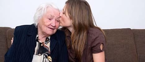 91-åriga Ganna Chyzevska tillsammans med sitt barnbarn Anna. Foto: Bertil Ericson/Scanpix