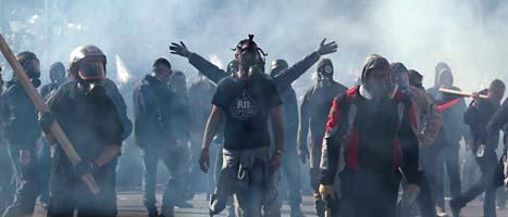 Protesterna i Grekland blev våldsamma. En del av demonstranterna var beväpnade och poliserna mötte dem med tårgas. Foto: Lefteris Pitarakis/Scanpix