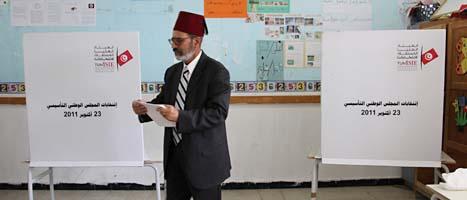 En man röstar i valet i Tunisien. Foto: Amine Landoulsi/Scanpix