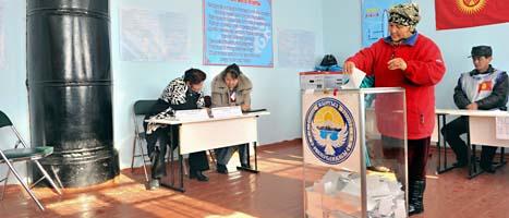 En kirgizisk kvinna röstar i valet. Foto: Vladimir Voronin/Scanpix