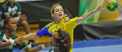 Hanna Fogelström kämpar om bollen i matchen mot Elfenbenskusten. FOTO: Leif R Jansson/SCANPIX