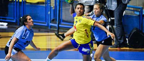 Jamina Roberts skjuter mot mål i matchen mot Uruguay. FOTO: Leif R Jansson/SCANPIX