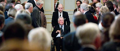 Tomas Tranströmer för hjälp av Svenska Akademiens chef Peter Englund när han ska hålla sitt tal. Foto: Fredrik Sandberg/Scanpix