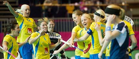 Svenskorna jublar efter att ha vunnit finalen mot Finland. FOTO: Ennio Leanza/SCANPIX