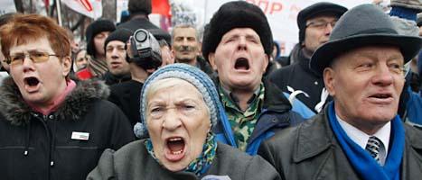 Människor på gatan skriker ut sitt missnöje mot valresultatet i Ryssland. FOTO: Mikhail Metzel/SCANPIX