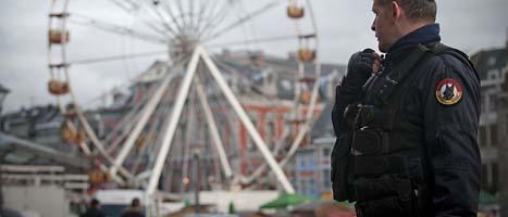 En polis står vakt i Liege efter attacken. FOTO: Timur Emek/SCANPIX
