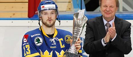 Lagkapten Niklas Persson håller i bucklan som Tre Kronor vann i Moskva i Ryssland. Foto: Ivan Sekretarev/AP/Scanpix