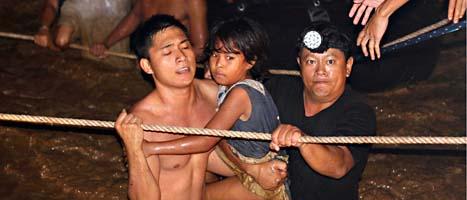 Människor räddas undan översvämningen i Filippinerna. Foto: Erwin Mascarinas/AP/Scanpix