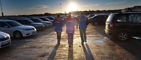 Saab-anställda lämnar fabriken i Trollhättan. De har nyss fått reda på att företaget inte går att rädda. FOTO: Björn Larsson Rosvall/SCANPIX