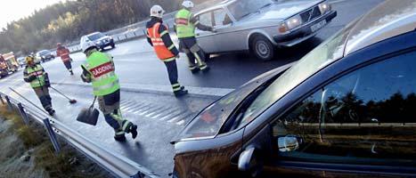 Väderexperterna varnar dem som ska köra bil i jul. Det kan bli både halt och trångt på vägarna. Foto: Johan Nilsson/Scanpix