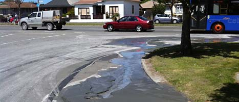 En spricka i vägen på en gata i Christchurch i Nya Zeeland. Foto: Kurt Bayer/NZ Herald/AP/Scanpix