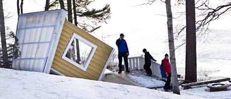 Familjen Sundbergs strandhus utanför Örnsköldsvik har kastats omkull av stormen. Foto: Andreas Hillergren/Scanpix