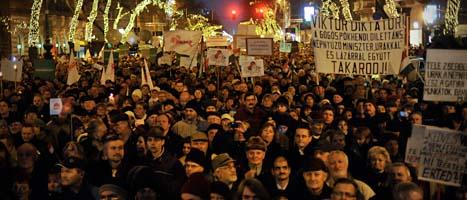 Ungrare demonstrerar mot landets nya grundlag. Foto. Bela Szandelszky/Scanpix.