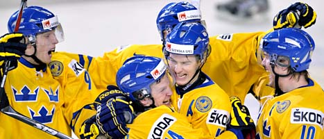 Max Friberg i mitten får kramar efter sitt mål i matchen mot Finland. Foto: AP Photo/Scanpix