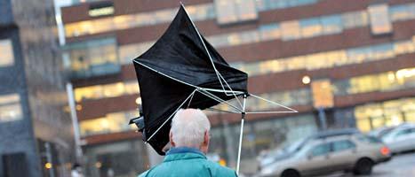 Paraplyer går lätt sönder i storm. Så här såg det ut i Malmö på tisdagen. Foto: Johan Nilsson/Scanpix