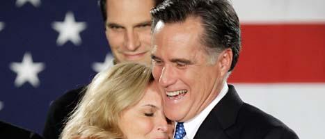 Mitt Romney får en kram av sin hustru. FOTO: Charlie Neibergall/SCANPIX