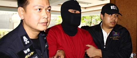 Den misstänkte terroristen grips av thailändska poliser. Foto: Ap/Scanpix.