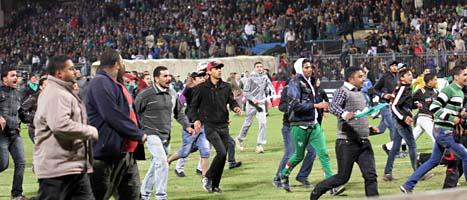 Folk flyr från bråken efter fotbollsmatchen i staden Port Said i Egypten. Foto: AP/Scanpix