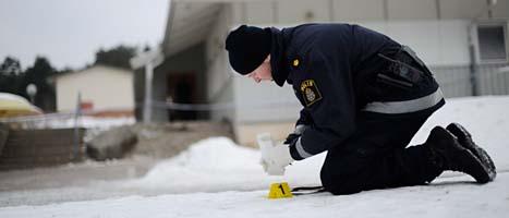 En polis säkrar spår vid platsen där flickan överfölls med kniv. FOTO: Adam Ihse/SCANPIX