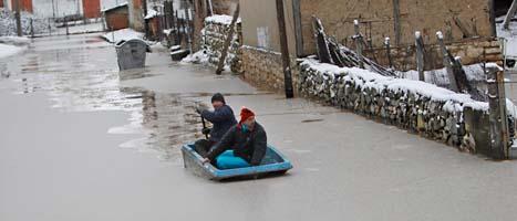 Alla skolor i Bulgarien hålls stängda på grund av kraftigt regn och stora översvämningar. Foto: AP/Scanpix