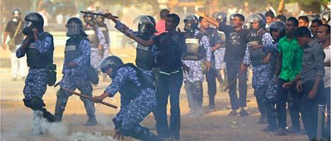 Det är våldsamt på gatorna i Maldiverna efter att presidenten tvingades sluta. Några poliser har till och med gått över på demonstranternas sida. FOTO: Sinan Hussein/SCANPIX