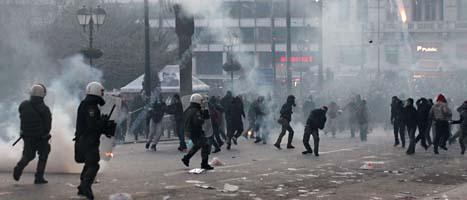 Demonstrationerna i Aten slutade i våldsamma bråk mellan poliser och demonstranter. Foto: Petros Giannakouris/Scanpix