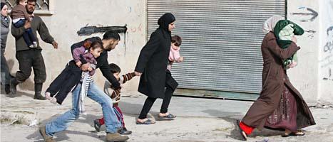 Människor som flyr från regeringstruppernas beskjutningar i Syrien. FOTO: AP PHOTO/SCANPIX