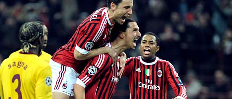 Zlatan gratuleras av lagkamraterna efter att han gjort 4-0. FOTO: Masimo Pinca/SCANPIX