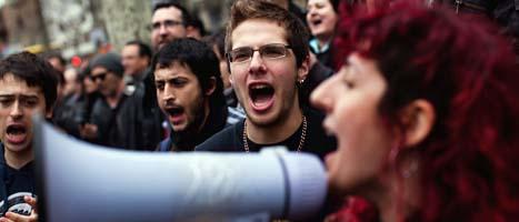 Demonstranter i Barcelona är arga på Spaniens regering. Foto: Emilio Morenatti/Scanpix