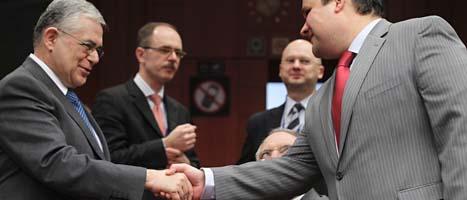 Greklands premiärminister Lucas Papademos skakar hand med Nederländernas finansminister. Foto: Yves Logghe/Scanpix