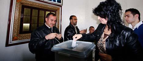 En syrisk kvinna röstar om de nya lagarna. FOTO: Muzaffar Salman