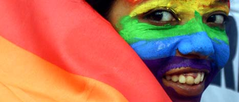 En tjej demonstrerar för homosexuellas rättigheter i Indien.  Foto: Sucheta Das/Scanpix.