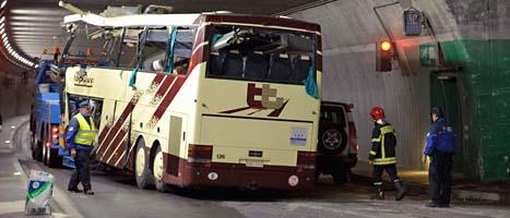 En bärgningsbil kör iväg bussen från tunneln efter olyckan. FOTO: Laurent Gillieron/SCANPIX