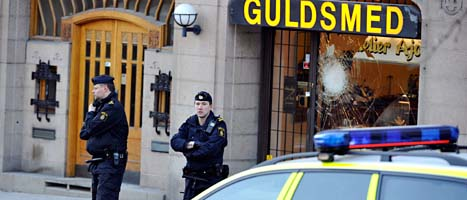Poliser vid den rånade guldaffären i Stockholm. Foto: Bertil Ericson/Scanpix