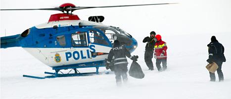 Poliserna samlar in rester av det störtade flygplanet.  Foto: Roger Vikström/Scanpix