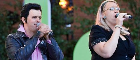 Två av skådespelarna i Glada Hudik-teatern sjunger i Allsång på Skansen. Foto:Jonas Ekströmer/Scanpix