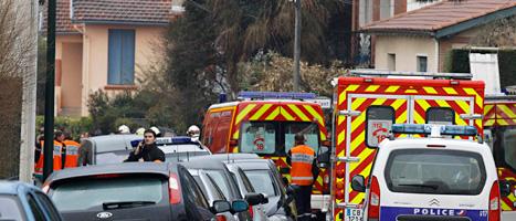 Poliser och ambulanser på en gata i den franska staden Toulouse. Poliserna försöker gripa en man som misstänks har mördat tre barn på en judisk skola. Foto: Remy de la Mauvinere/Scanpix.