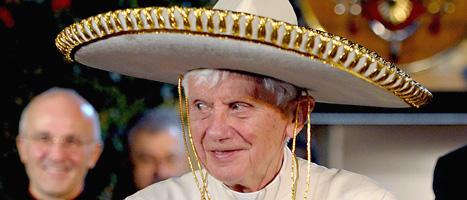 Påven med en sydamerikansk hatt på huvudet. Foto: Osservatore Romano/Scanpix