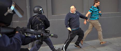 Demonstranter i staden pamplona flyr undan poliserna. Foto: Francois Mori/Scanpix.
