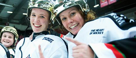 Glada Modo-tjejer firar SM-guldet i ishockey. Foto: Maja Suslin/Scanpix