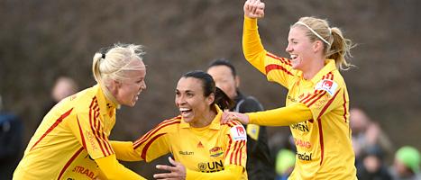 Marta och hennes lagkompisar i Tyresö jublar över mål. Foto: Anders Wiklund/Scanpix